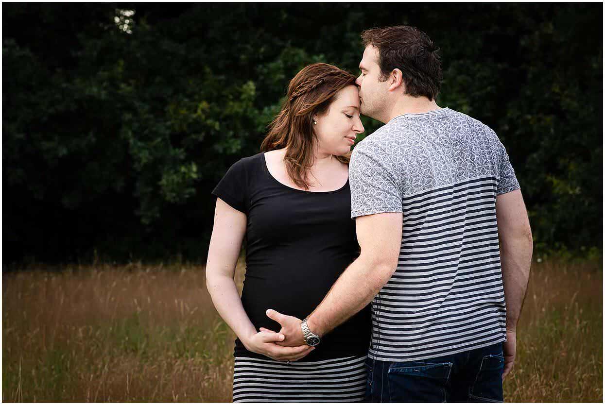 Zwangerschapsshoot_Fotoshoot_Herpen_Oss_Ongedwongen_Fotograaf_Fotoshoot_Zwanger_Bomenpark_Heesch_0004.jpg