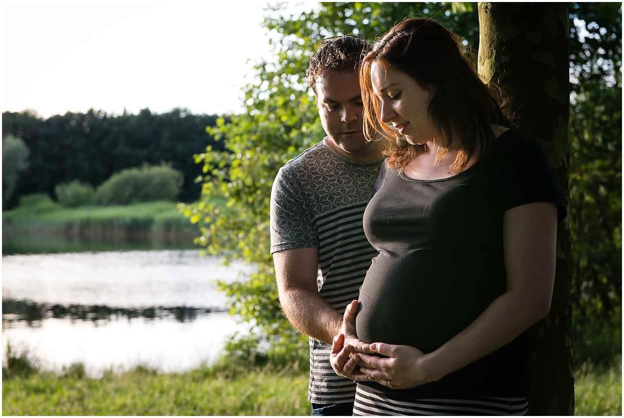 Zwangerschapsshoot_Fotoshoot_Herpen_Oss_Ongedwongen_Fotograaf_Fotoshoot_Zwanger_Bomenpark_Heesch_0005.jpg