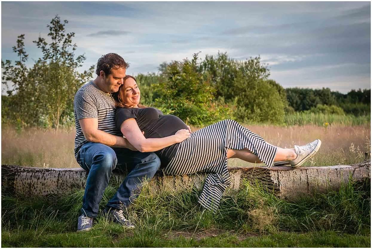 Zwangerschapsshoot_Fotoshoot_Herpen_Oss_Ongedwongen_Fotograaf_Fotoshoot_Zwanger_Bomenpark_Heesch_0006.jpg