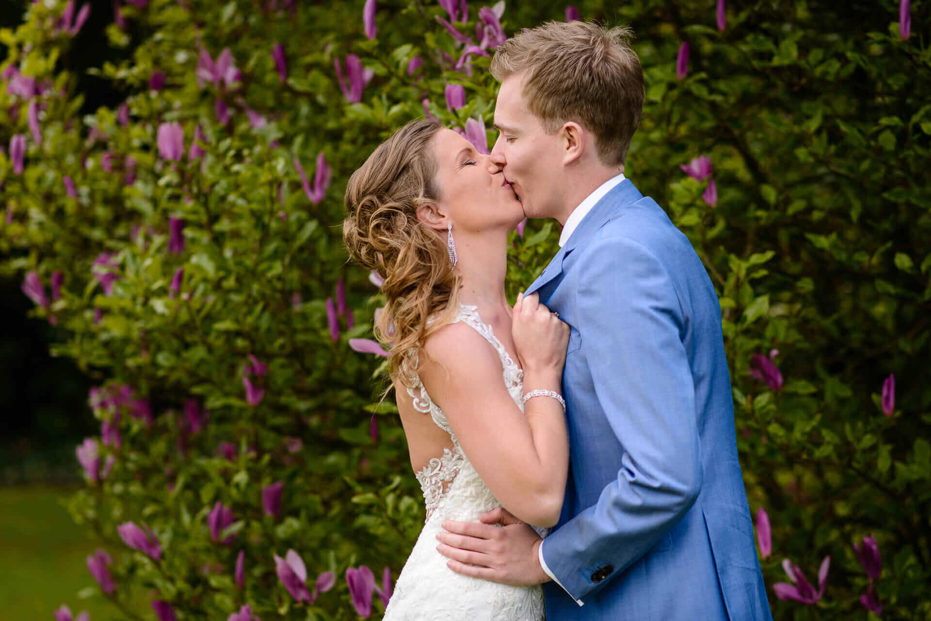 Bruidsfotografie in de tuin van het raadhuis te Vught