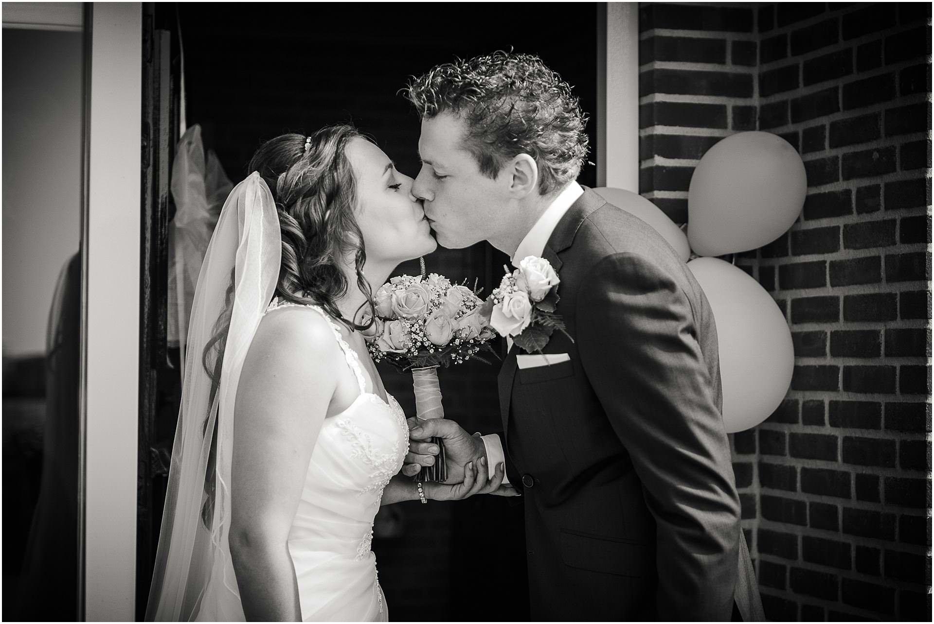 Bruidsfotografie Lithoijen (Oss) trouwen in eigen tuin door bruidsfotograaf Sandy Peters_0017.jpg