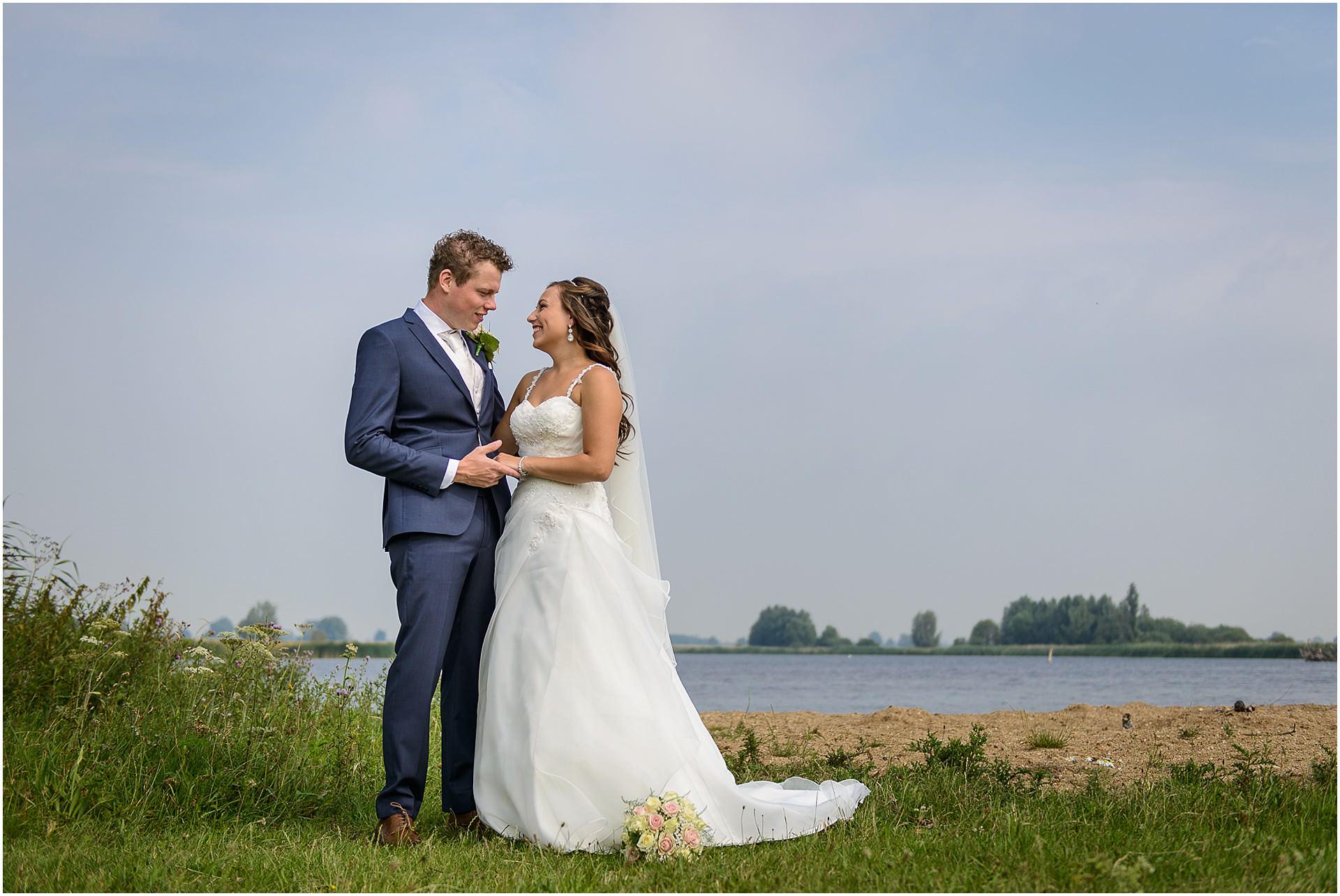 Bruidsfotografie Lithoijen (Oss) trouwen in eigen tuin door bruidsfotograaf Sandy Peters_0020.jpg