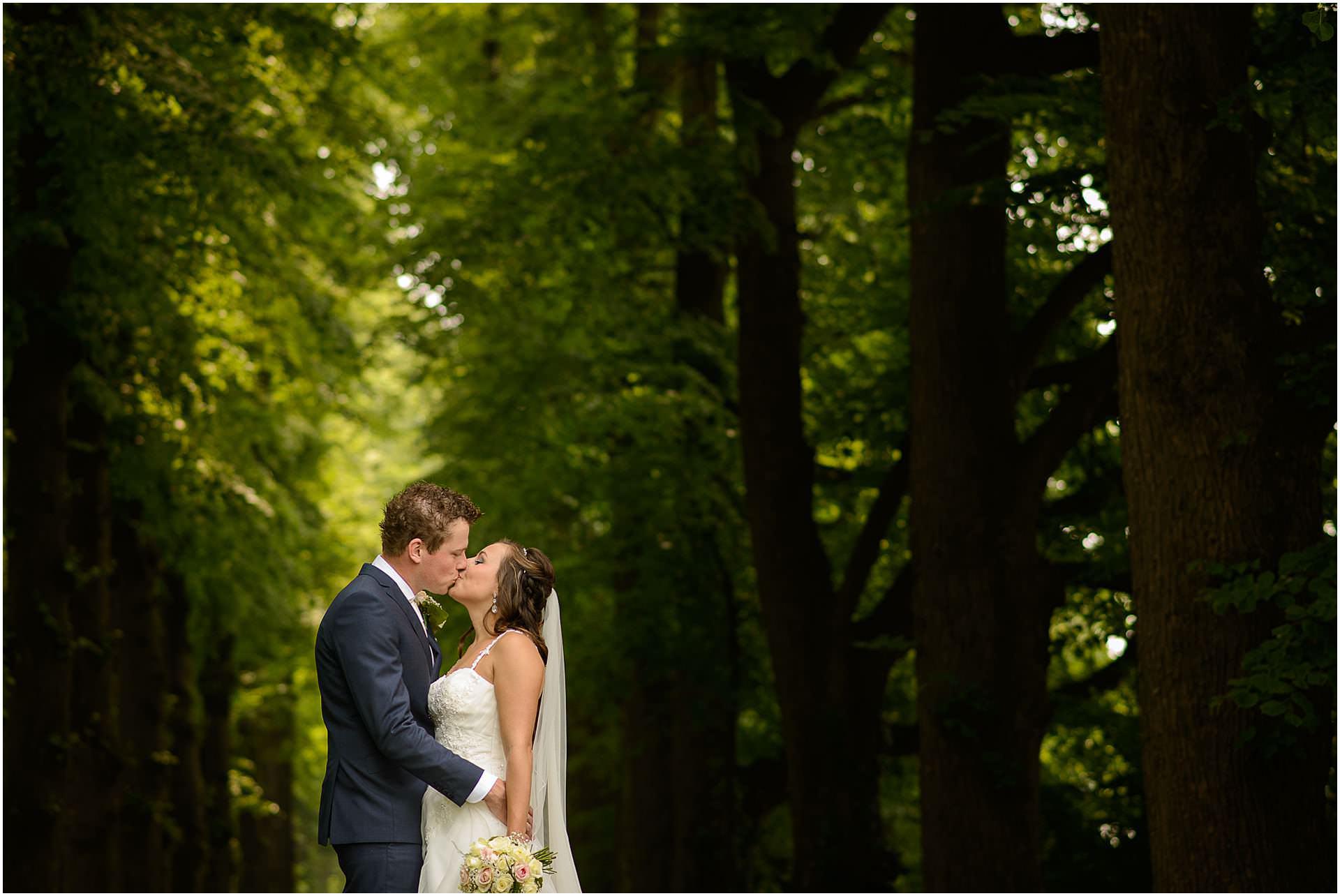 Bruidsfotografie Lithoijen (Oss) trouwen in eigen tuin door bruidsfotograaf Sandy Peters_0024.jpg