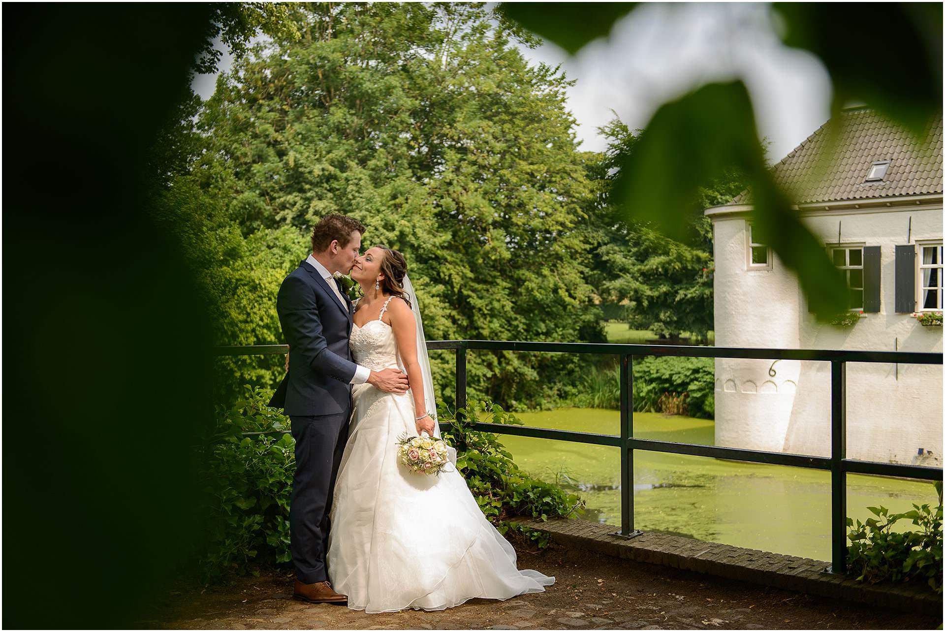Bruidsfotografie Lithoijen (Oss) trouwen in eigen tuin door bruidsfotograaf Sandy Peters_0025.jpg