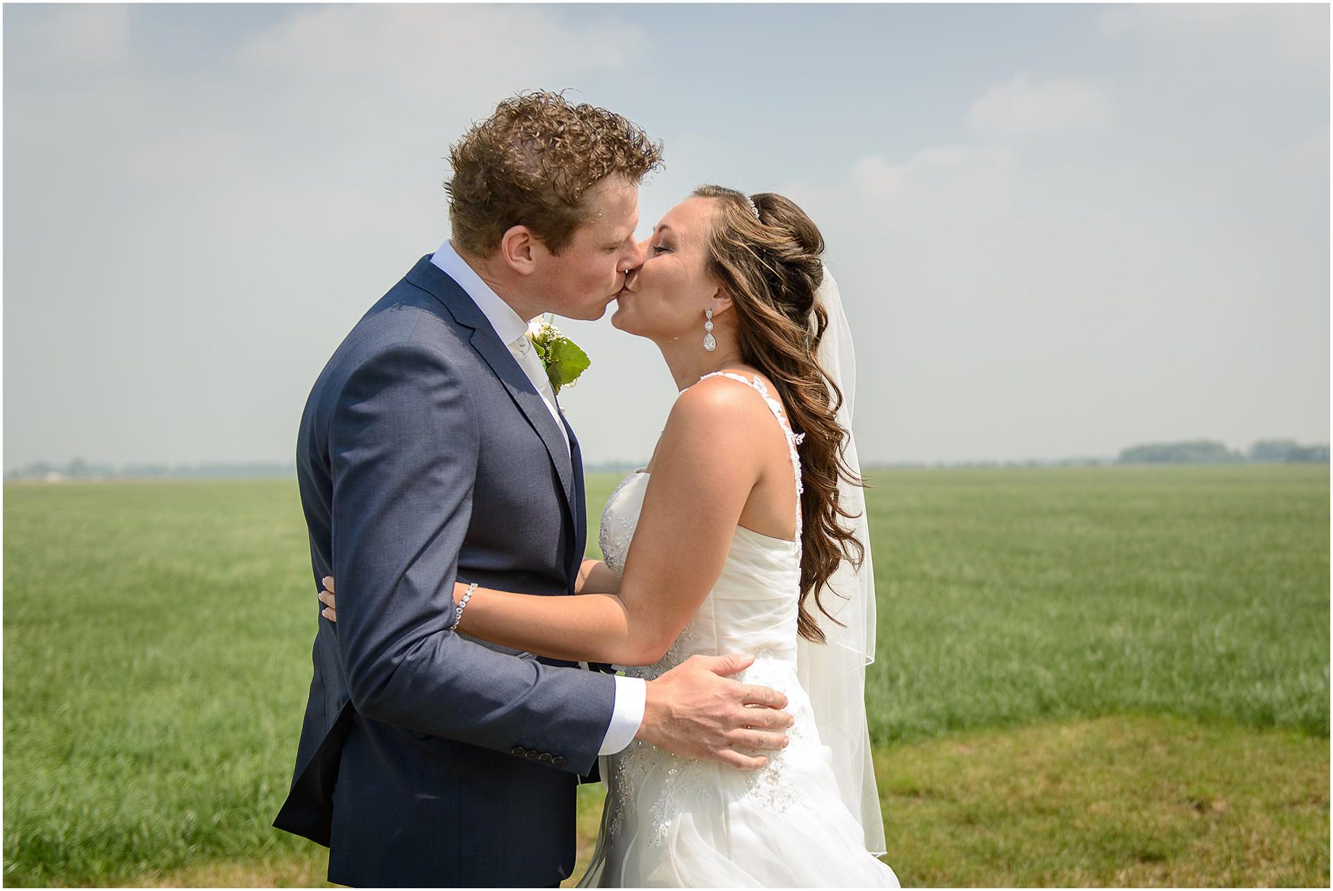 Bruidsfotografie Lithoijen (Oss) trouwen in eigen tuin door bruidsfotograaf Sandy Peters_0033.jpg