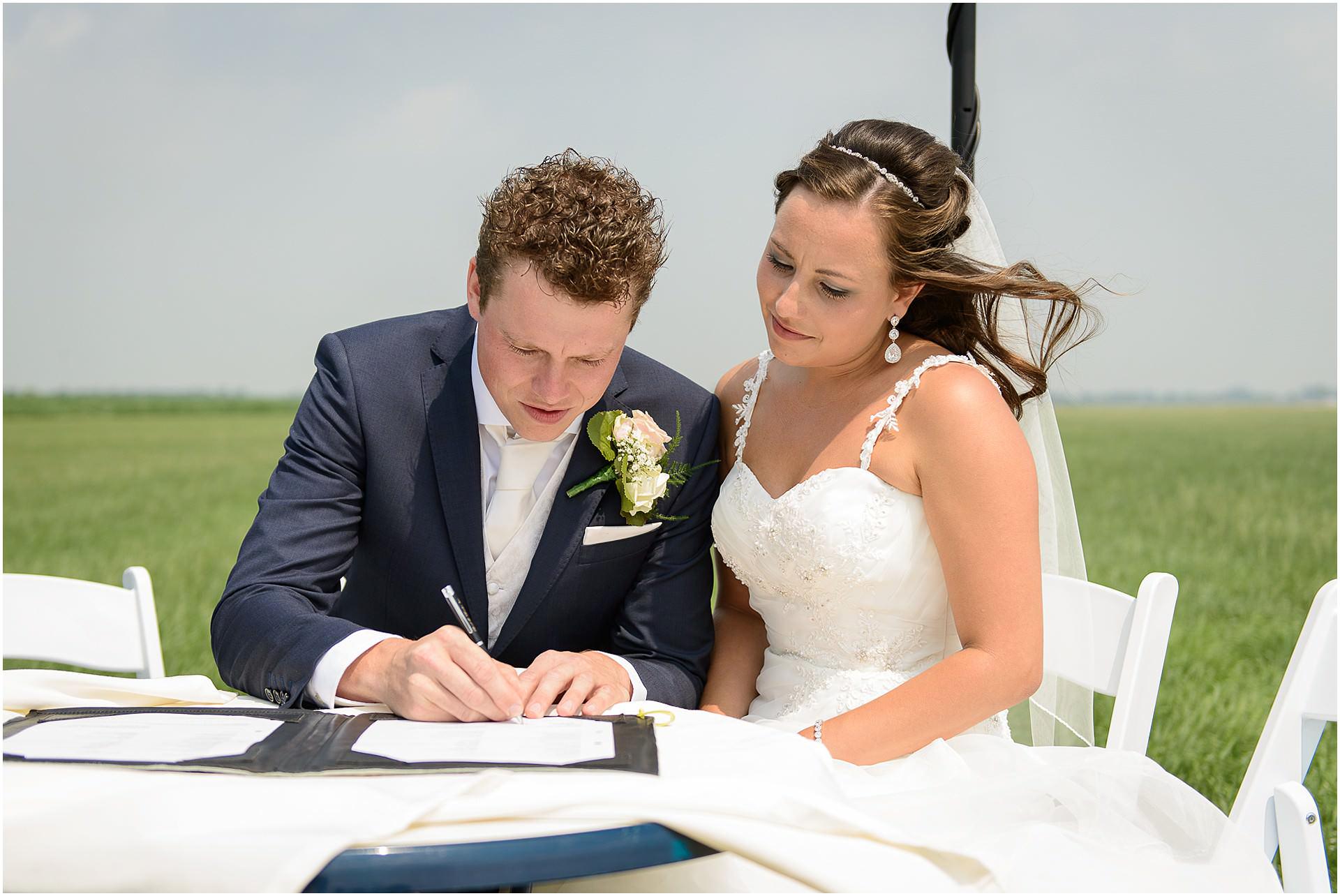 Bruidsfotografie Lithoijen (Oss) trouwen in eigen tuin door bruidsfotograaf Sandy Peters_0035.jpg