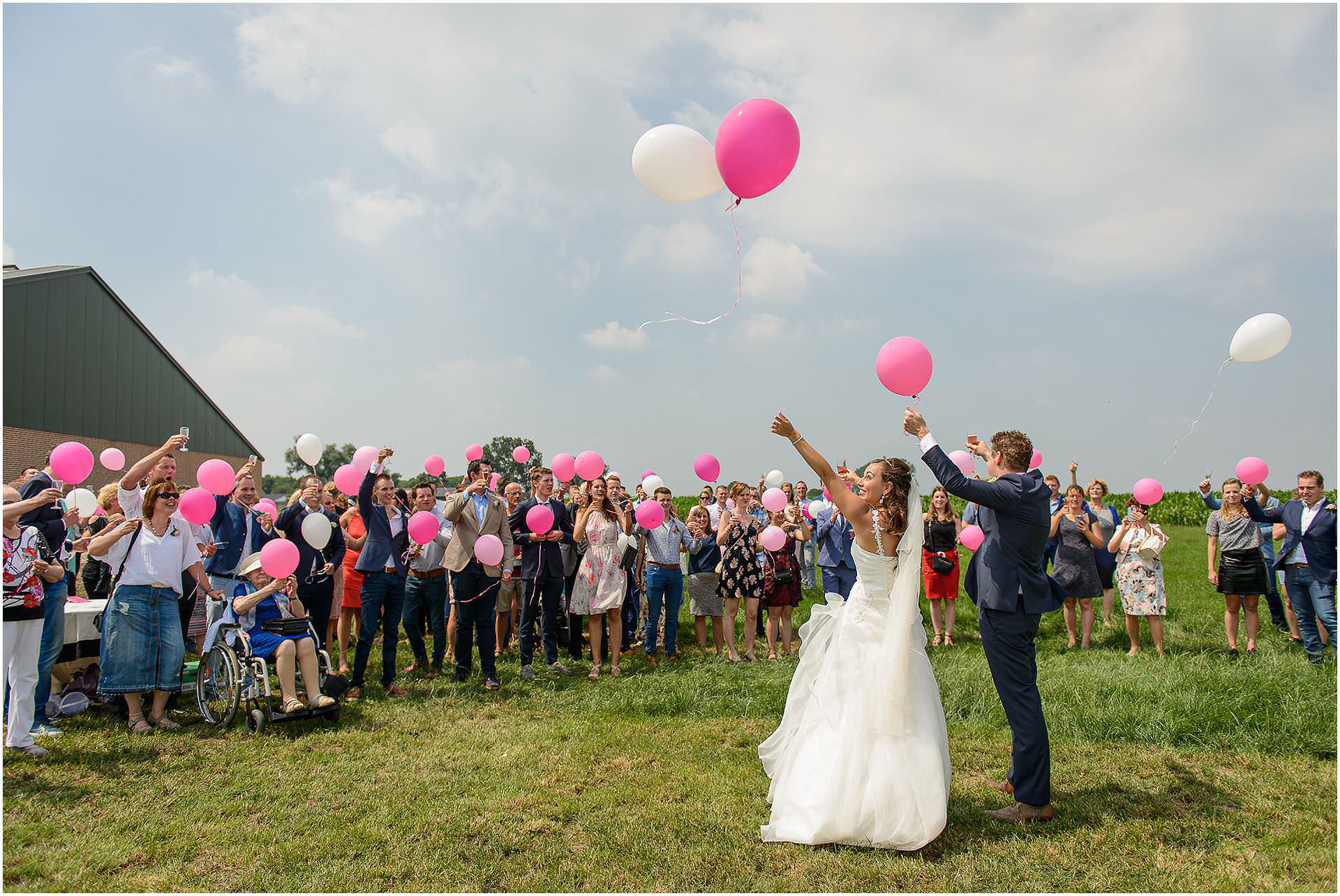 Bruidsfotografie Lithoijen (Oss) trouwen in eigen tuin door bruidsfotograaf Sandy Peters_0038.jpg