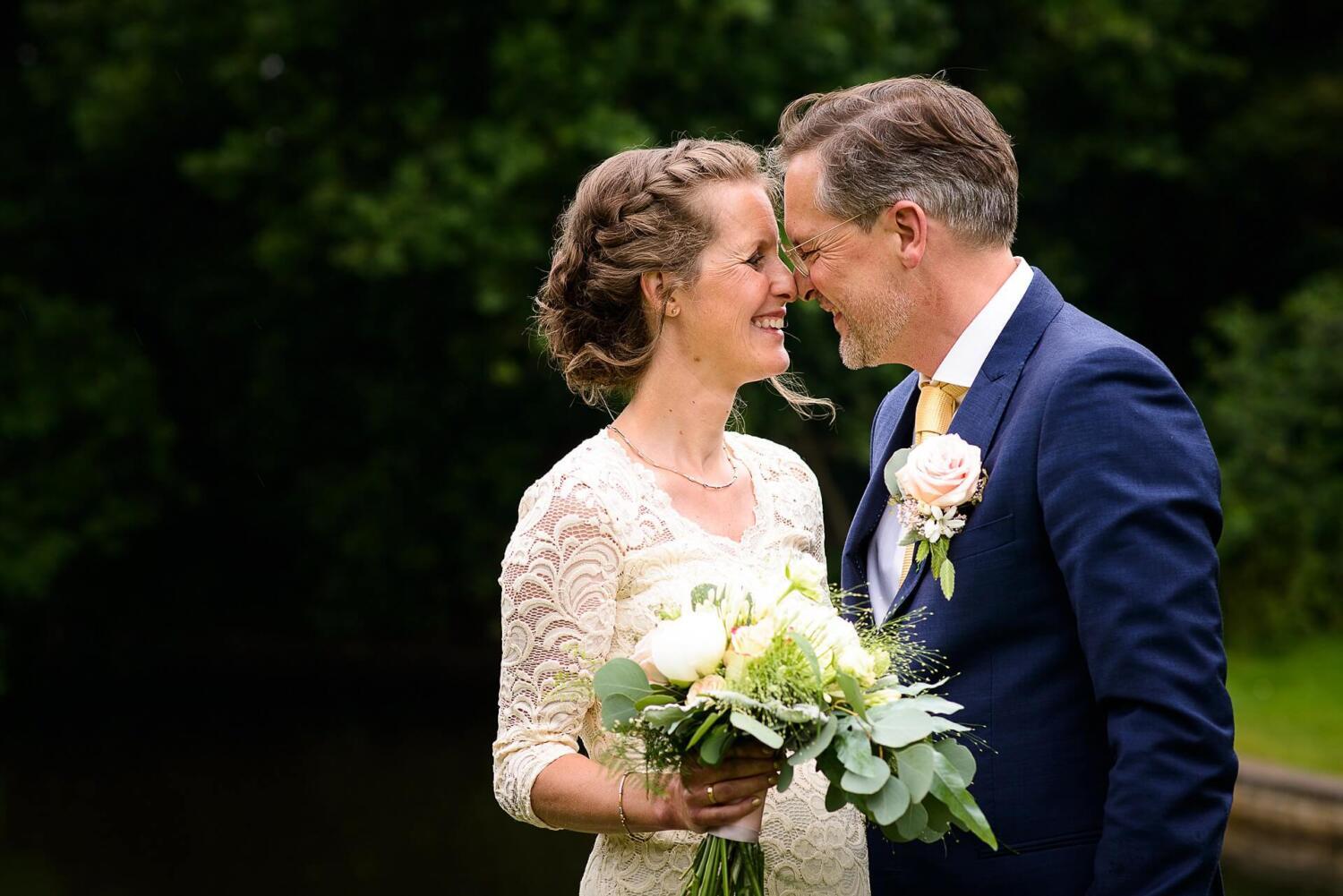 Bruidsfotografie Raadhuis Vught en feesten in eigen tuin door bruidsfotograaf Sandy Peters