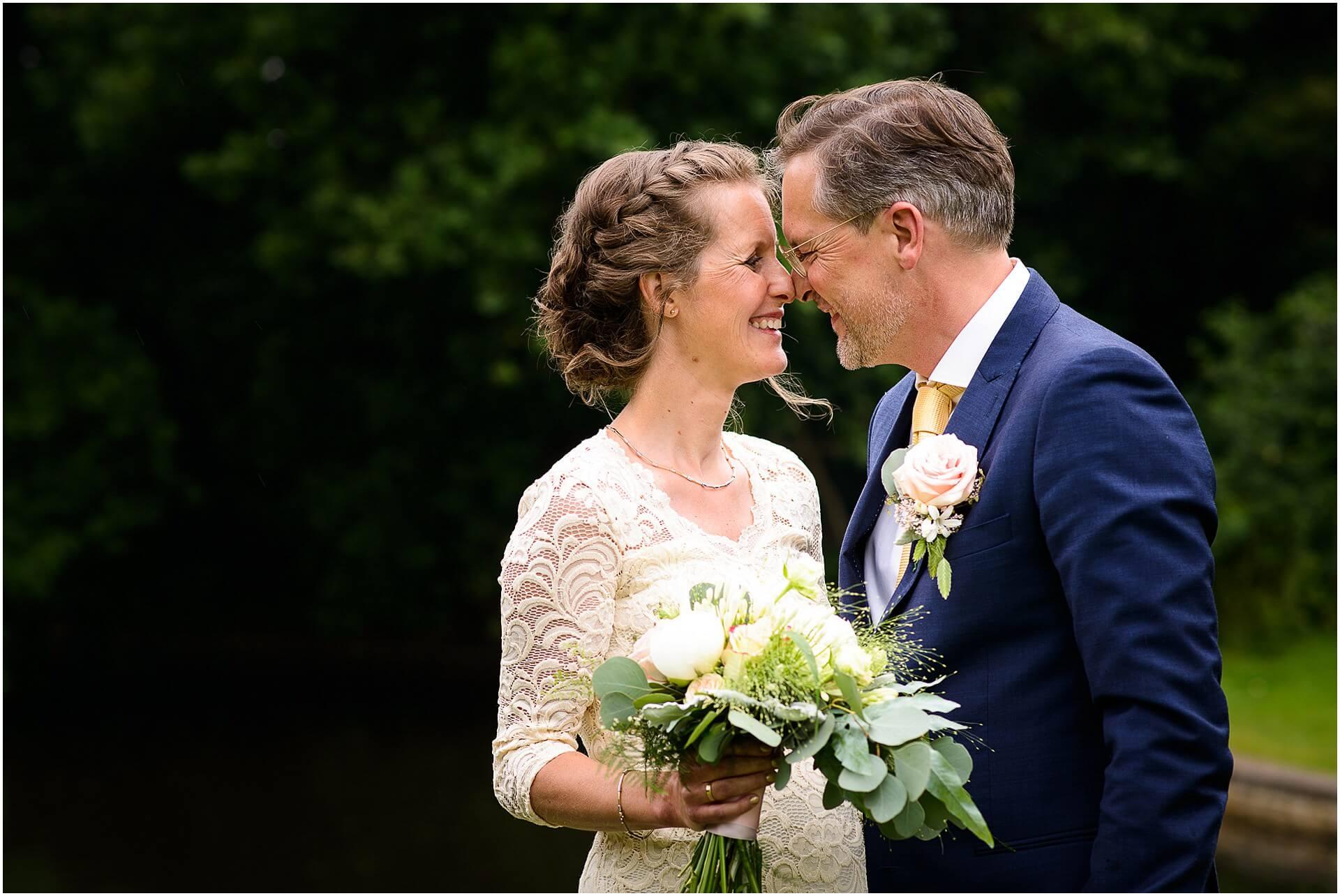 Bruidsfotografie Raadhuis Vught en feesten in eigen tuin door bruidsfotograaf Sandy Peters_0006.jpg