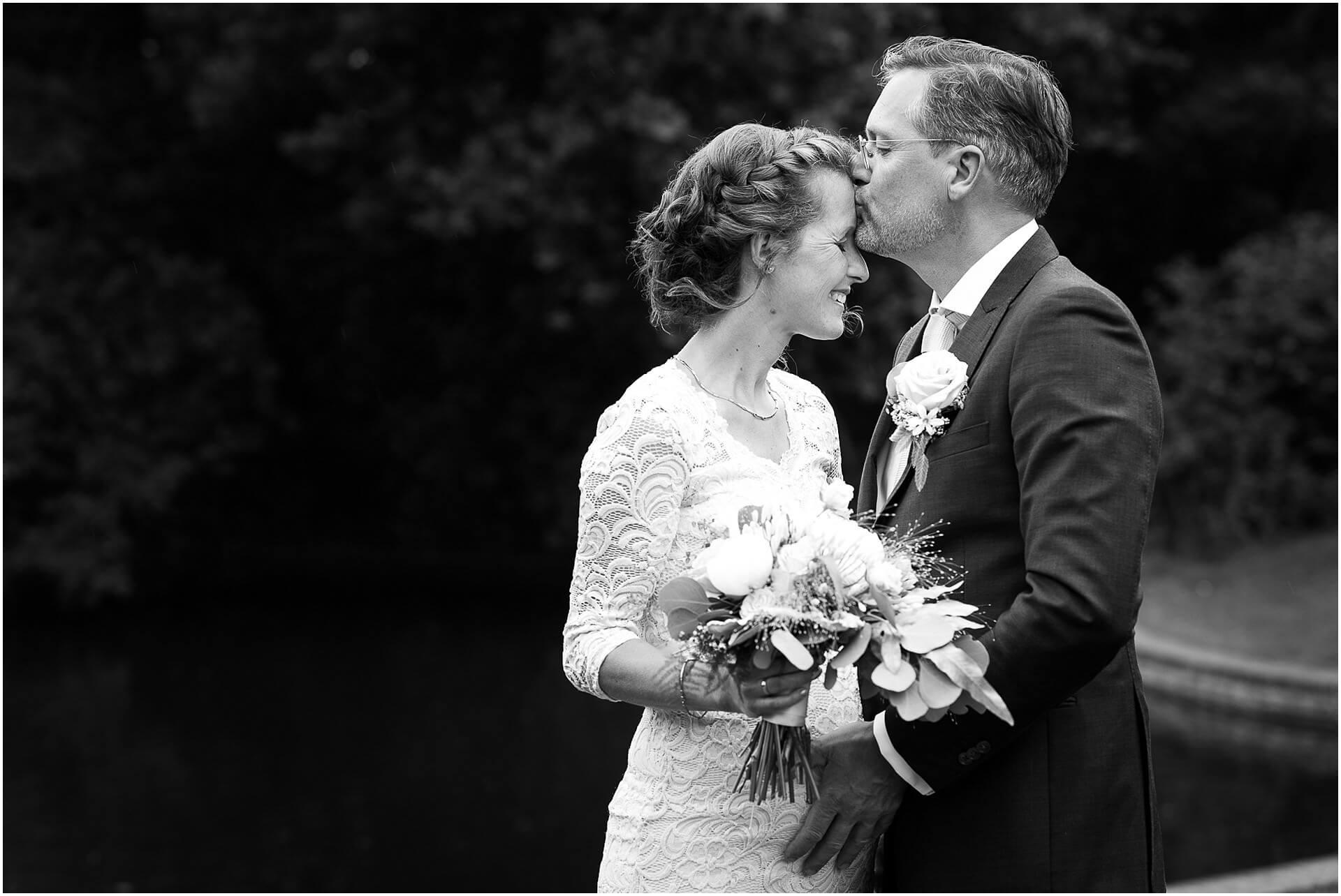 Bruidsfotografie Raadhuis Vught en feesten in eigen tuin door bruidsfotograaf Sandy Peters_0007.jpg
