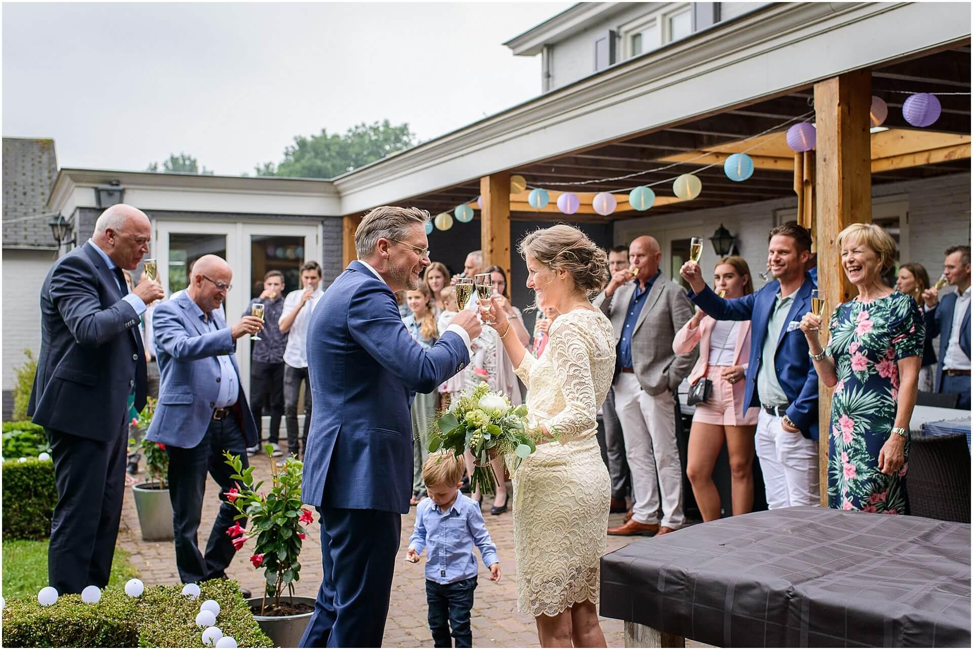 Bruidsfotografie Raadhuis Vught en feesten in eigen tuin door bruidsfotograaf Sandy Peters_0008.jpg