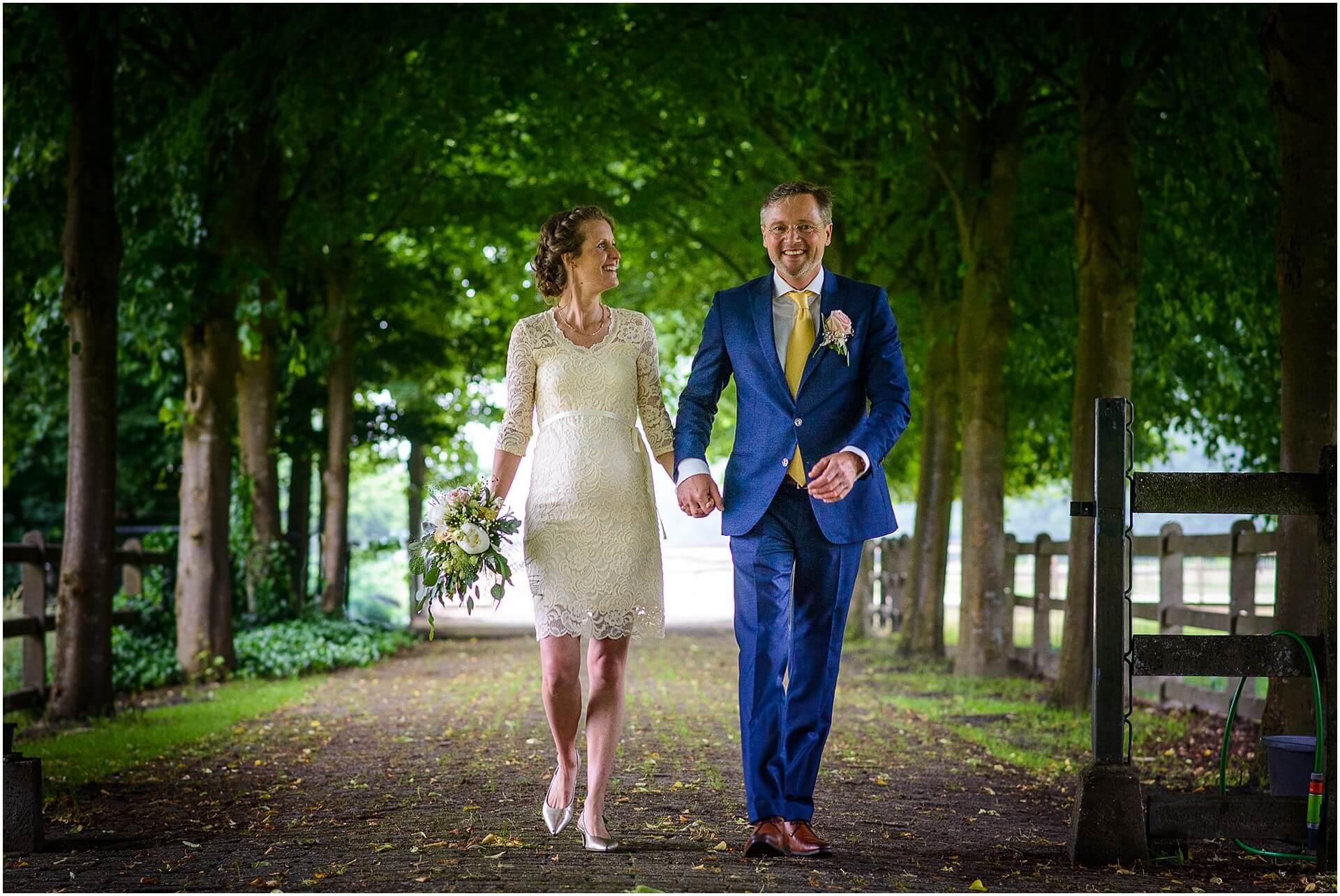 Bruidsfotografie Raadhuis Vught en feesten in eigen tuin door bruidsfotograaf Sandy Peters_0009.jpg