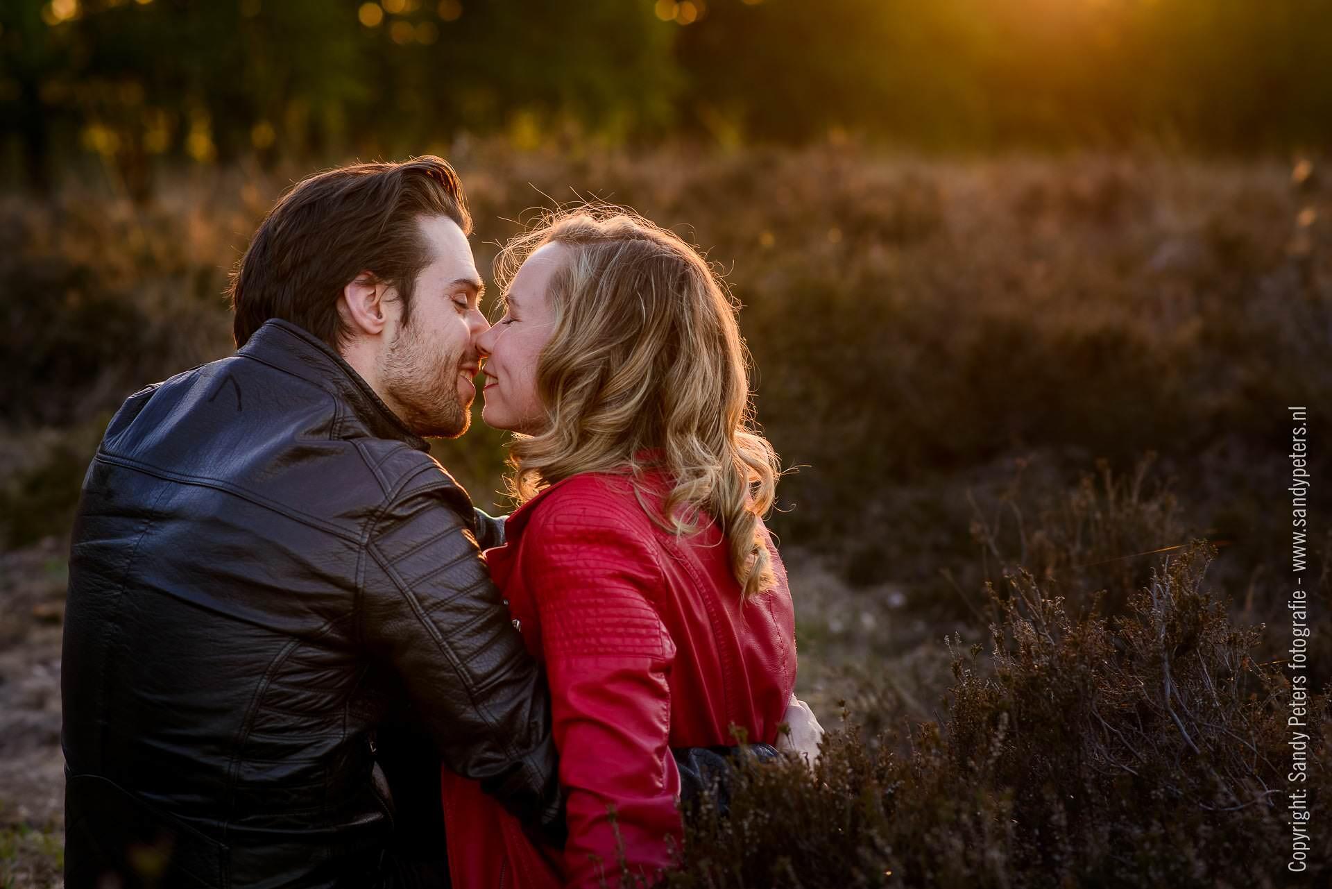 Loveshoot tijdens het gouden uurtje op de schaijkse heide met Mark & Marielle