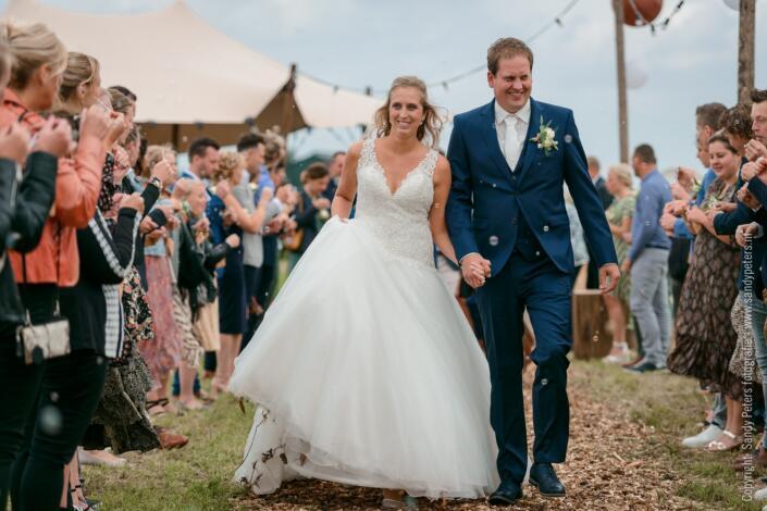 Bruidspaar gefotografeerd door bruiloft fotogaaf Sandy Peters uit Noord-Brabant thuis trouwen in de tuin op de boerderij