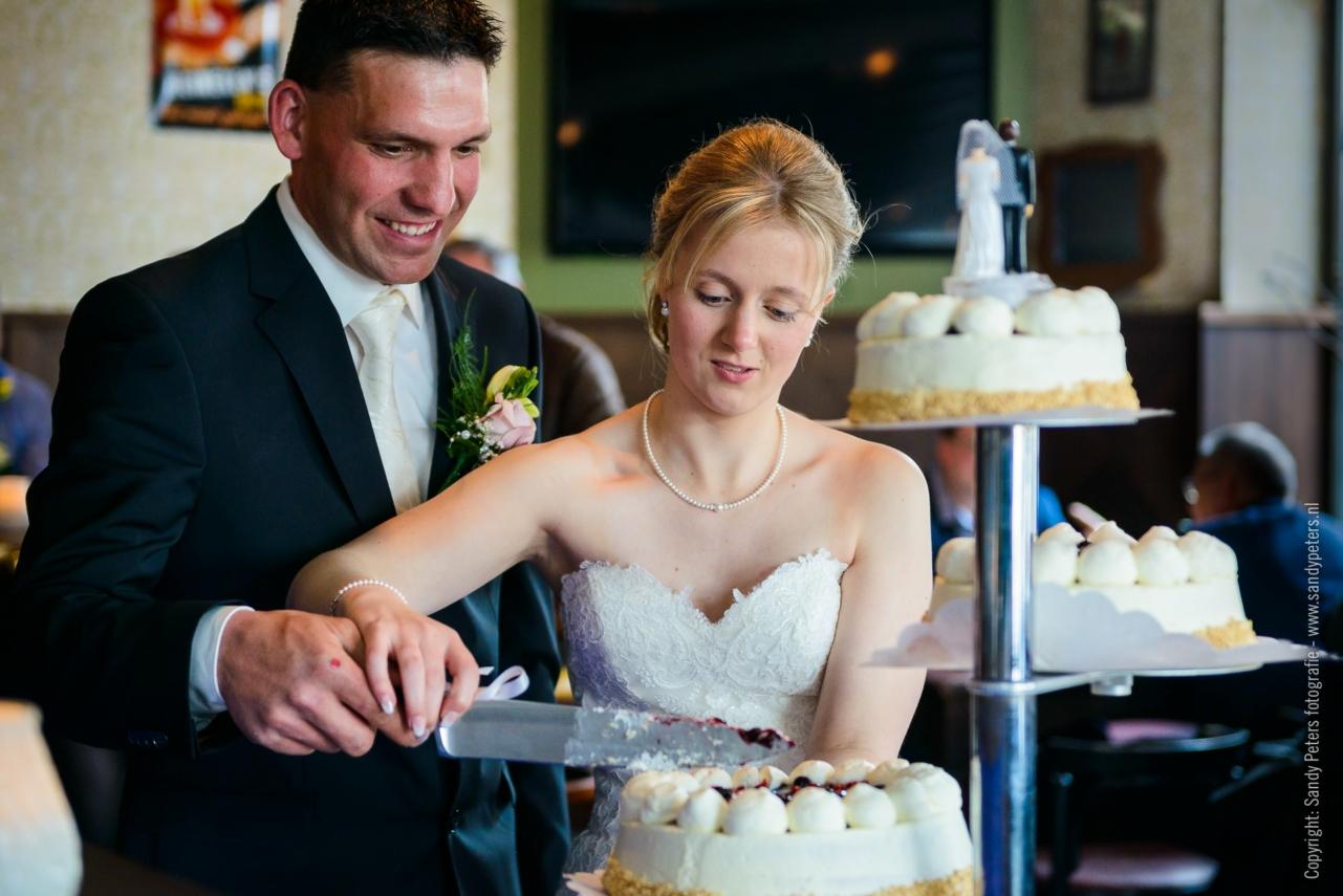 Aansnijden van de bruidstaart bij De Potter in Schaijk