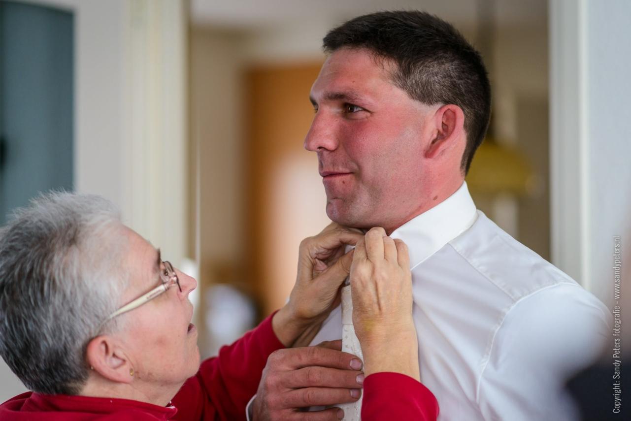 Voorbereidingen van de bruidegom met zijn moeder voor de grote dag
